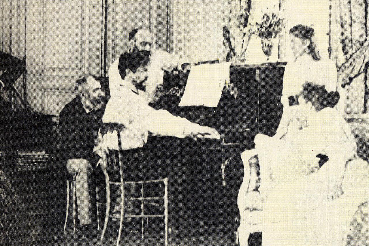 Клод Дебюсси играет на фортепиано